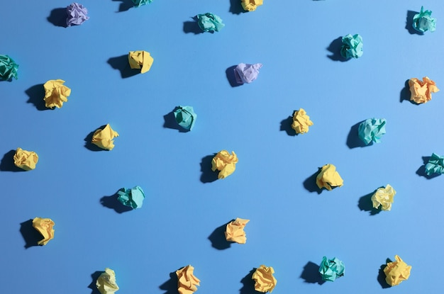 Inspiration de créativité, concepts d'idées avec boule de papier froissé sur fond de couleur bleue.