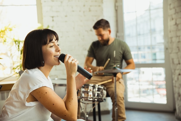 Inspiration. groupe de musiciens jammant ensemble dans un lieu de travail d'art avec des instruments.