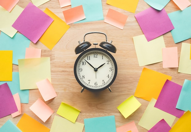 Inspiration idées concepts avec montre et papier à lettres coloré sur table en bois