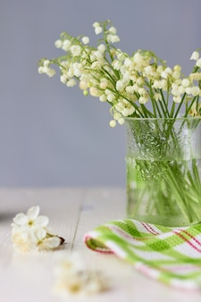 Inspiration printanière. fleurs et pomme verte sur la lumière
