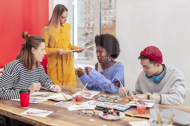 Inspiré et occupé. des étudiants en art talentueux et élégants se sentant inspirés et occupés