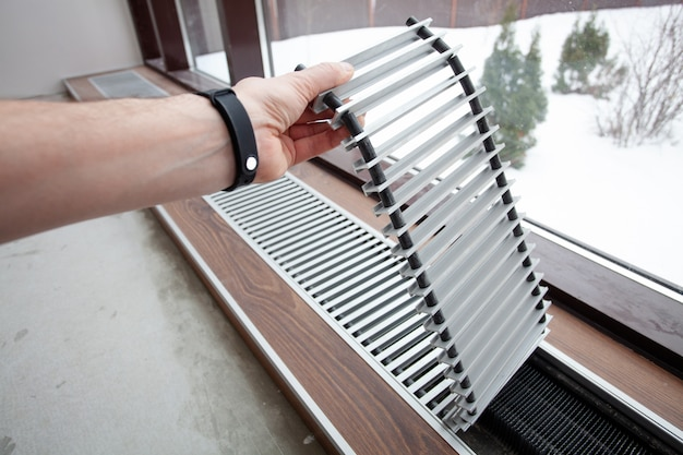 Instalaltion de convecteur de chauffage intégré dans le sol en béton.