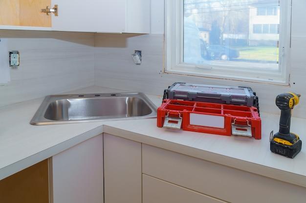 Installation d'armoires et de comptoirs dans la cuisine.