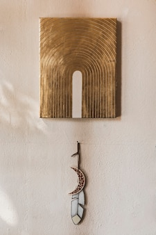 Installation d'art bohème et rêveuse sur un mur blanc