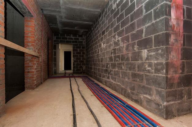 Installation de chauffage par le sol dans un nouveau bâtiment en construction