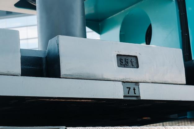 Installation d'un contrepoids sur un camion-grue