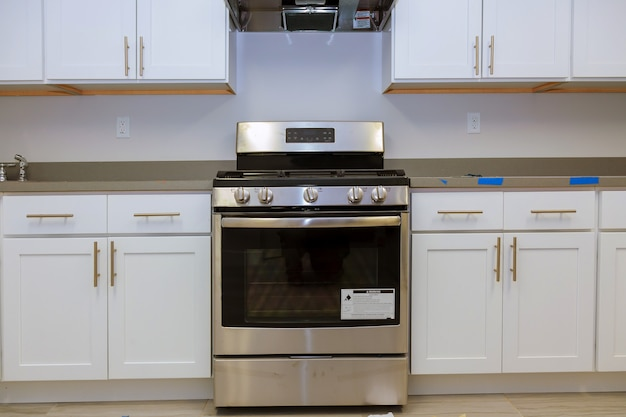 Installation de cuisine installe des armoires de cuisine. cuisine de construction de design d'intérieur