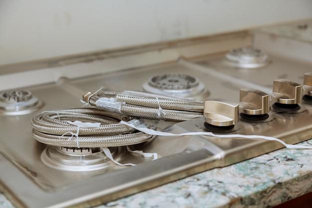 Installation de la cuisinière à gaz appareil à gaz réparer la nouvelle cuisinière à gaz de la maison se bouchent
