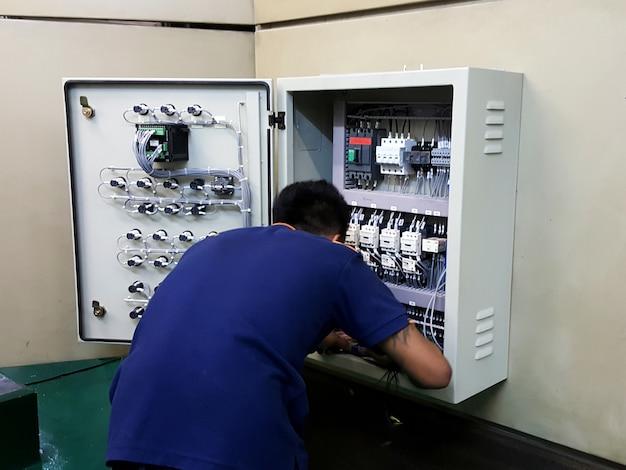 Installation du boîtier de contrôle de la température du transformateur par le technicien électrique