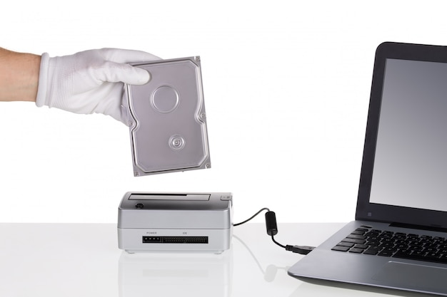 Installation du disque dur et lecture dans la station d'accueil. connexion à un ordinateur.