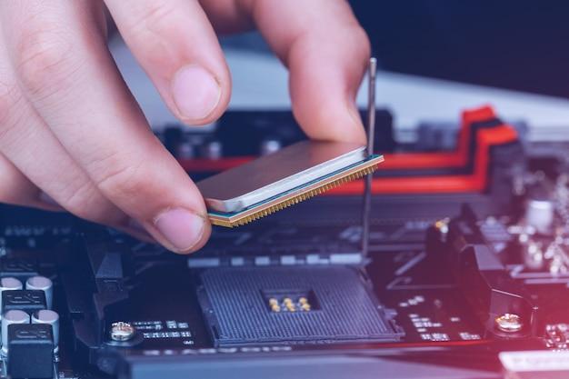 Installation du processeur moderne dans le socket du processeur sur la carte mère