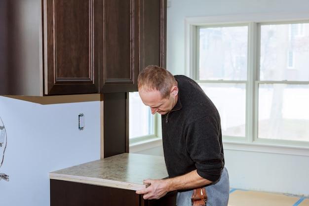 Installation du réchaud à induction ou de la table de cuisson par un maître.
