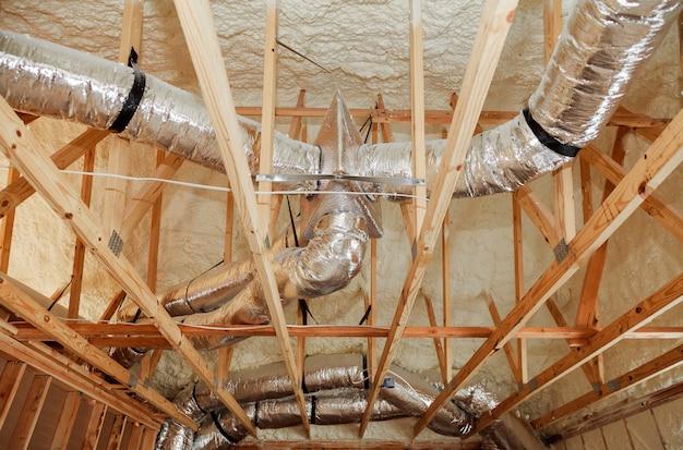 Installation du système de chauffage sur le toit du système de chauffage de la maison de tuyauterie