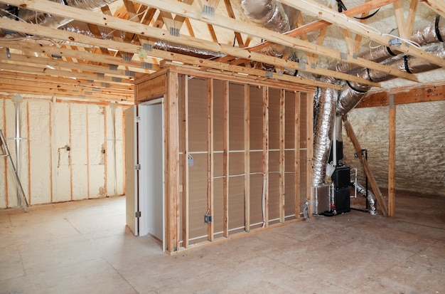 Installation du système de chauffage sur le toit du système de tuyaux de chauffage agrandi