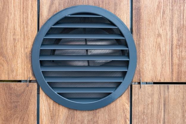 Installation du système de ventilation sur la façade ventilée du bâtiment