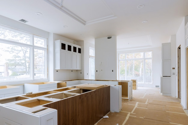 L'installation du travailleur s'installe dans l'armoire de cuisine.