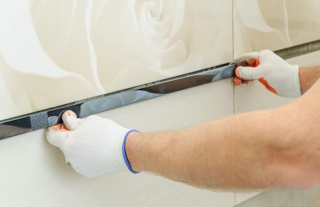 Installation de la frise sur le mur.