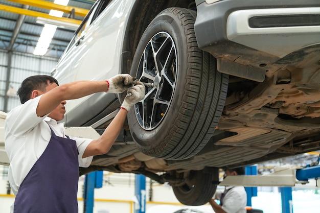 Installation et inspection des roues sur la voiture. torsion des roues