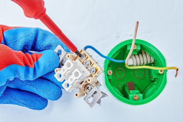 Installation de l'interrupteur d'éclairage à l'intérieur de la boîte de prise dans les cloisons sèches