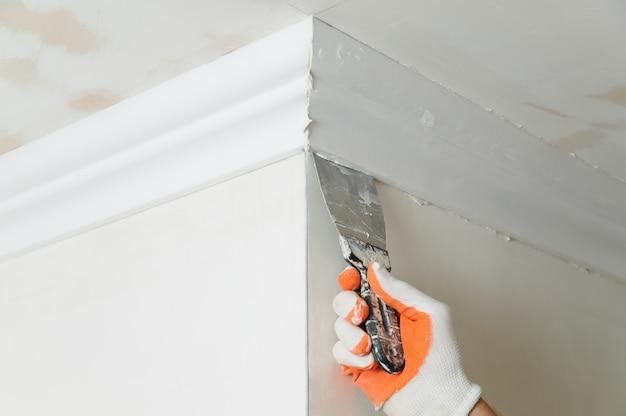 Installation de moulures de plafond.
