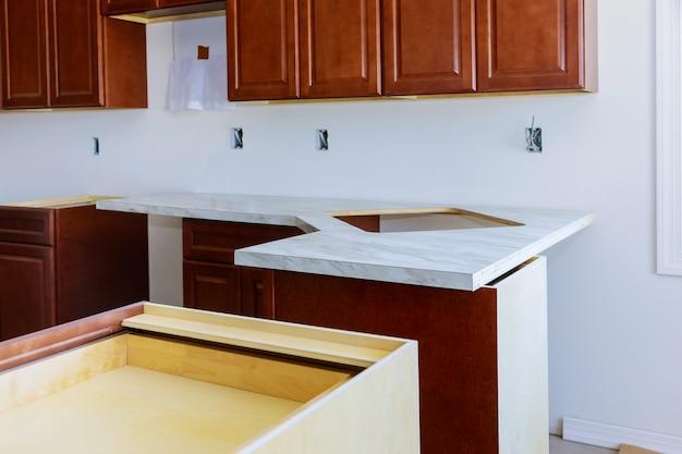 Installation d'un nouveau comptoir de cuisine en formica