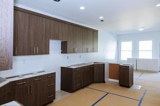 Installation d'une nouvelle plaque à induction dans une cuisine moderne installation d'armoires de cuisine.