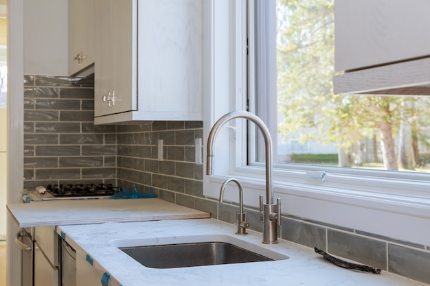Installation d'une nouvelle plaque à induction dans une cuisine moderne
