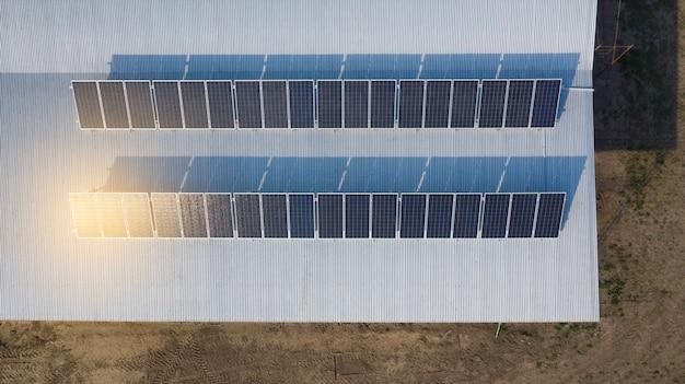 Installation de panneaux solaires en cours. image de drone.