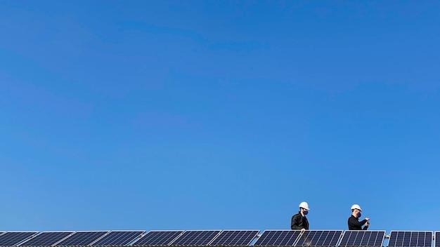 Installation de panneaux solaires en cours.
