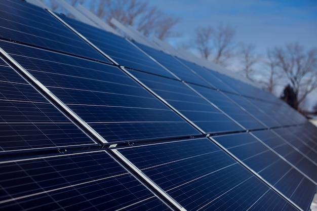Installation de panneaux solaires. énergie alternative. protection environnementale