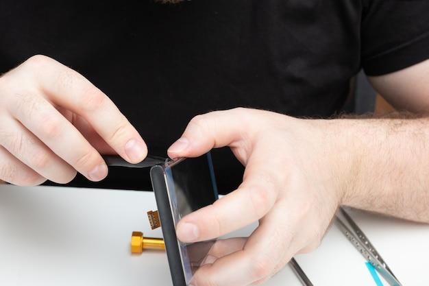 Installation de pièces détachées d'origine sur un téléphone portable l'assistant récupère un smartphone
