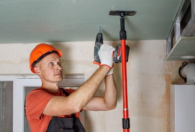 Installation de plaques de plâtre au plafond.