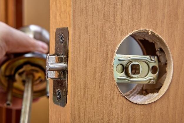 Installation d'une poignée avec serrure à loquet pour une porte intérieure.