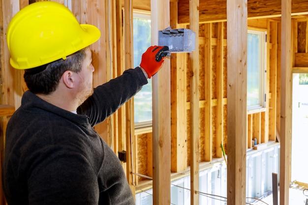Installation de prises électriques sur le mur dans une nouvelle maison