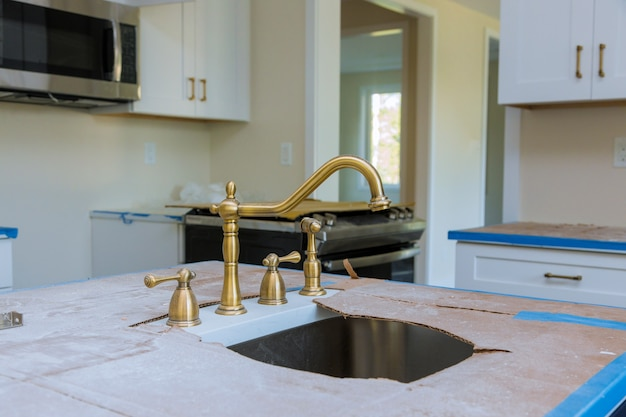 Installation de raccordement de tuyau de plombier du robinet d'un évier dans la cuisine