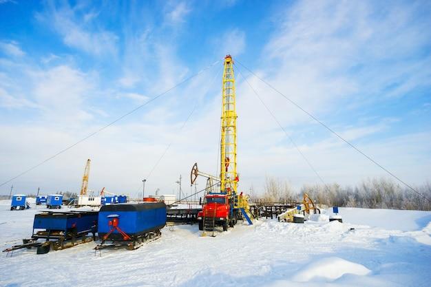 L'installation de réparations majeures de puits de pétrole en hiver. sibérie, yugra.