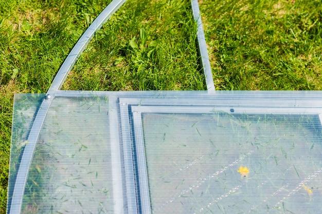 Installation de serres en forme de dôme au sol, assemblage de pièces en plastique avec tournevis électrique