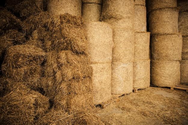 Installation de stockage de foin agricole.