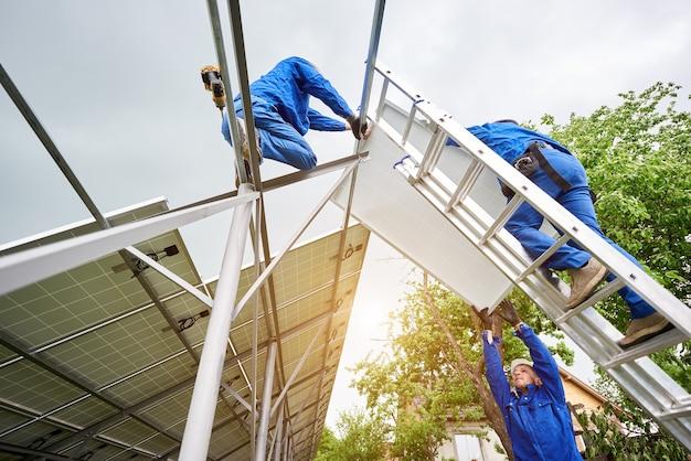 Installation d'un système de panneaux solaires photovoltaïques autonomes