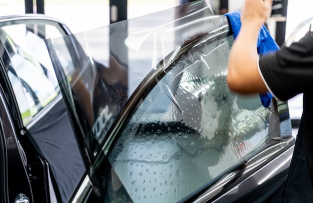 Installe un film teinté pour le verre de la voiture