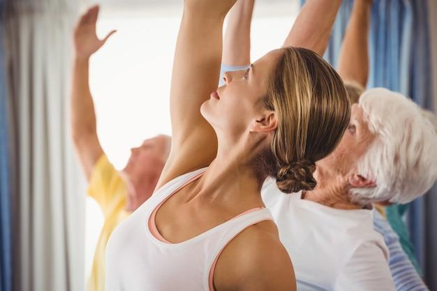 Instructeur de conditionnement physique faisant des exercices avec des personnes âgées