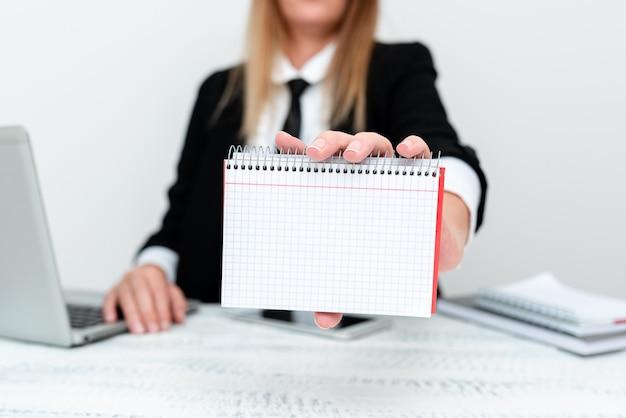 Instructeur enseignant différentes compétences, enseignant expliquant de nouvelles méthodes, proposant un grand projet, résumé évaluant la procédure des employés, idées de présentation informatique