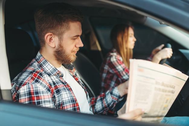 Instructeur passant l'examen, étudiante conduit