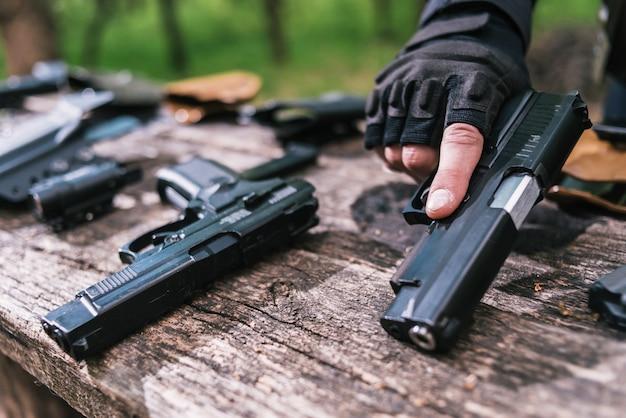 Un instructeur de tir sportif vérifie votre arme en gros plan
