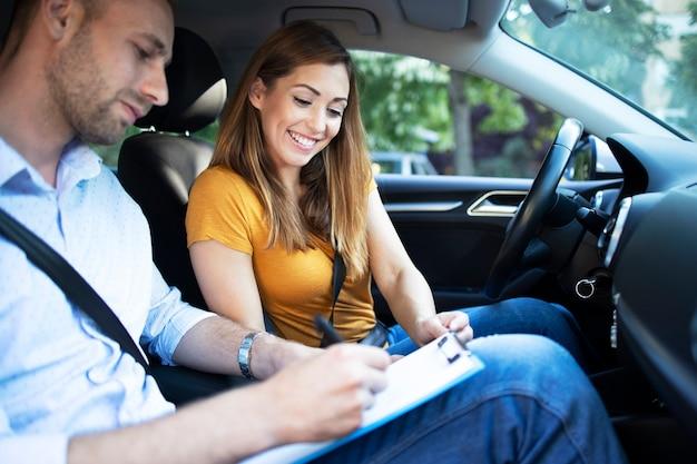 Instructeur de voiture expliquant les règles de circulation de la ville avant de conduire une voiture