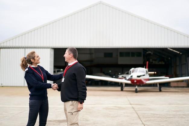 Instructeur de vol féminin félicitant son élève pour son premier vol