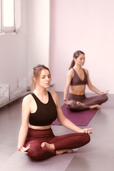 Instructeur de yoga formant un groupe de femmes