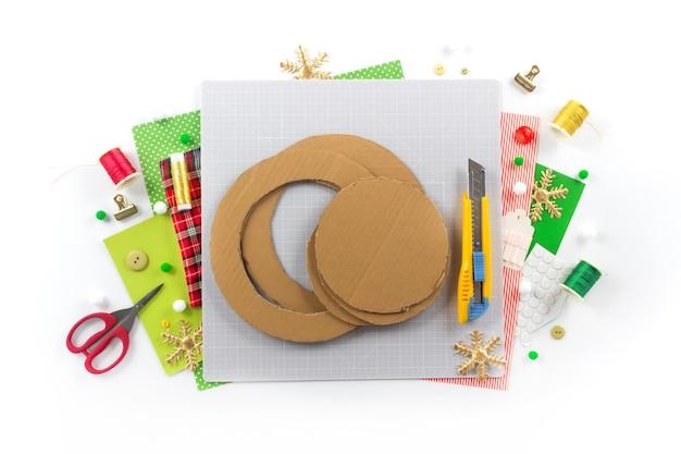 Instruction de bricolage. faire une couronne de noël en feutre. outils et fournitures de bricolage. étape 1.