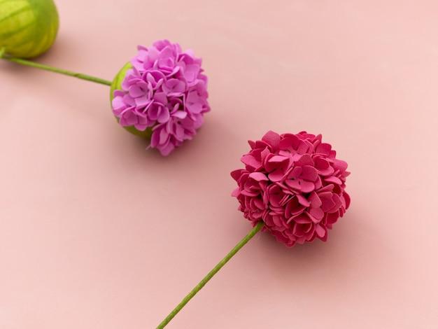 Instruction de bricolage. faire des fleurs à partir de foamiran. outils et fournitures d'artisanat. étape - résultat