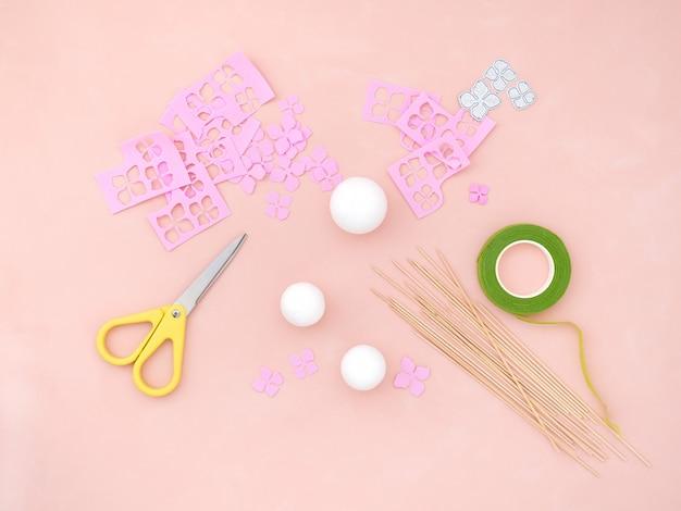 Instruction de bricolage. faire des fleurs à partir de foamiran. outils et fournitures d'artisanat.